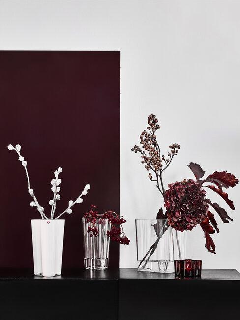 Bordovo-biele kvety vo vázach
