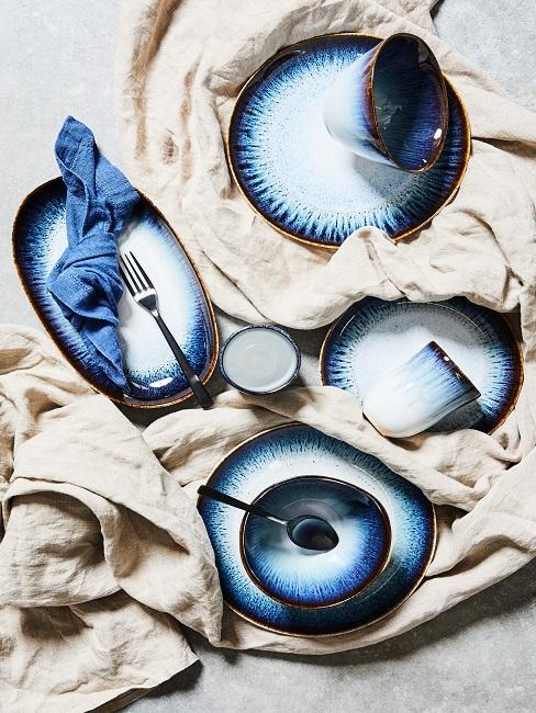 Naaranžovaný modrý riad