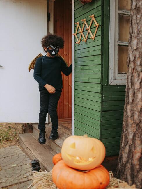 Dieťa v kostýme a tekvice na Halloween