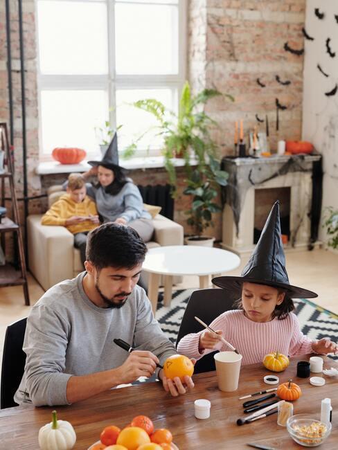 Vyrezávanie halloween tekvice s deťmi