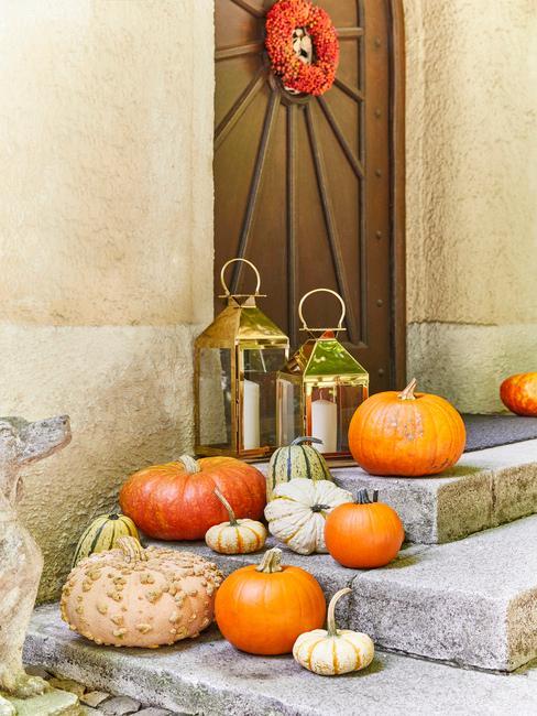 Jesenné dekorácie pred domom