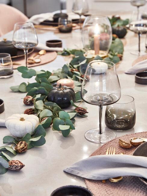 jesenné dekorácie z listov na stole