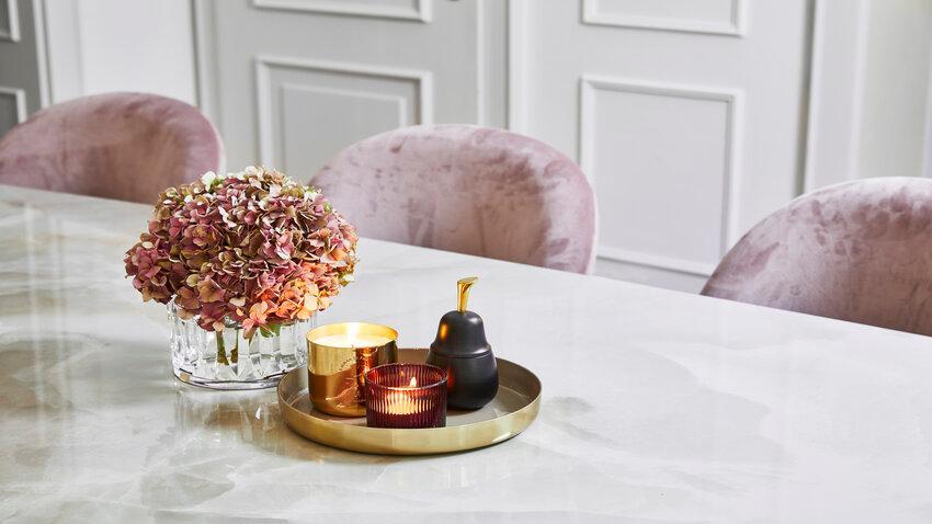 jesenné kvety so sviečkami na stole