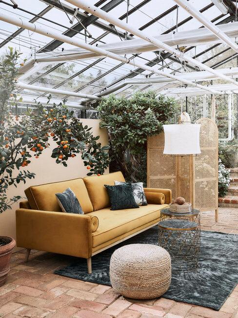 žltá pohovka z ekokože v zimnej záhrade