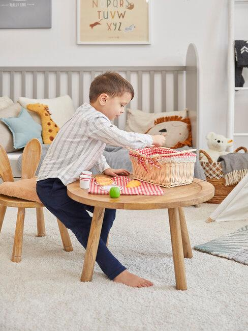 Hrajúci sa chlapec v detskej izbe