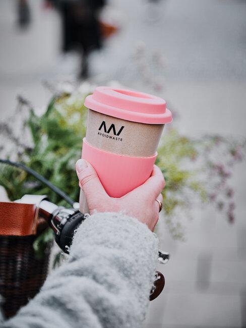 recyklovateľný pohár na kávu