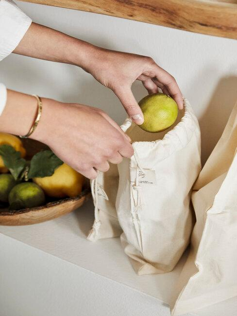 triedenie ovocia do ekologickej tašky