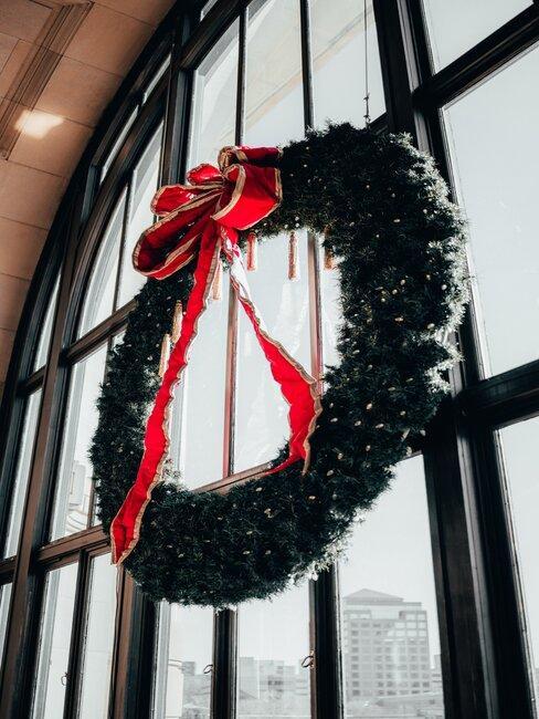 Vianočný veniec na okne