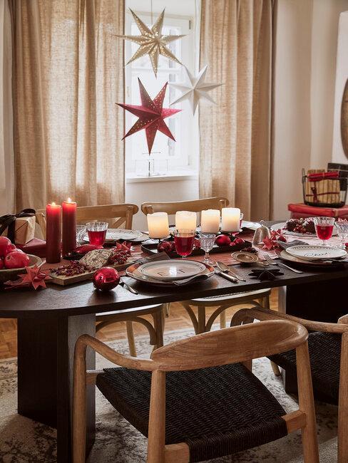 Visiace dekorácie a vianočný stôl