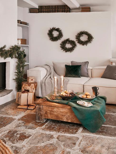 Vianočné dekorácie na stôl v obývačke