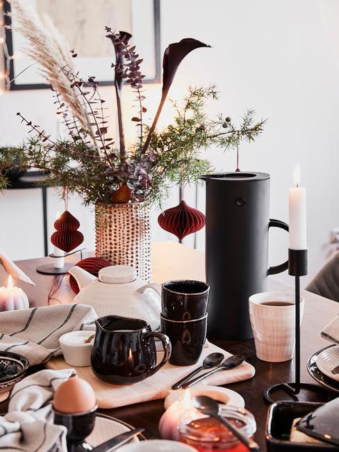 Vianočné dekorácie v skle na stole