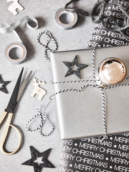 materiál na vianočnú výzdobu v sivo-čiernej farbe