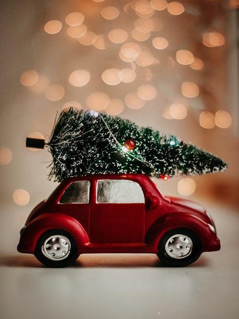 červené autíčko ako vianočná dekorácia
