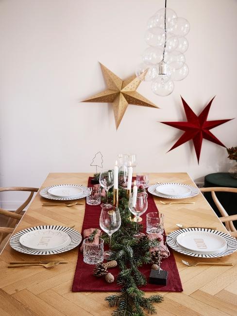 vianočné hviezdy visiace na stene