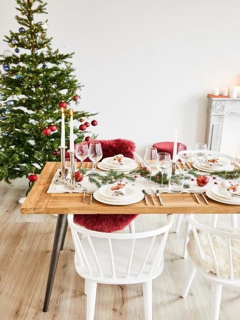 stromček pri vianočnom stole