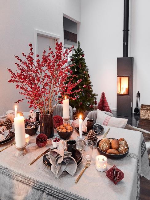 moderný vianočný stromček pri krbe