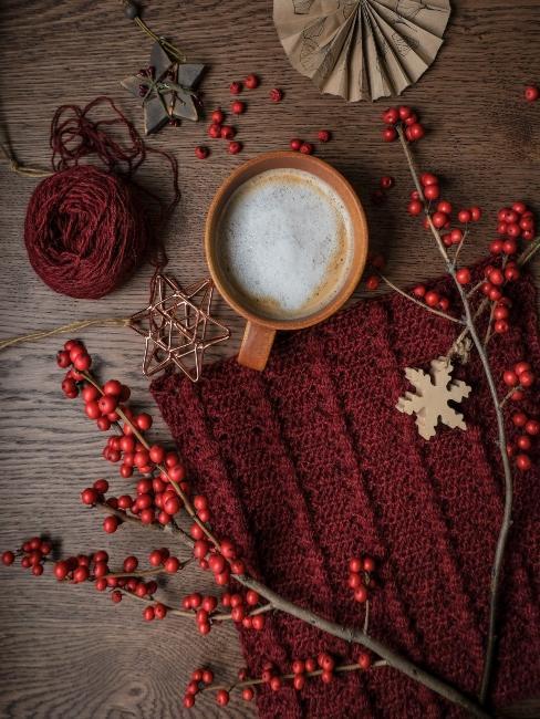 červené hačkované vianočné ozdoby