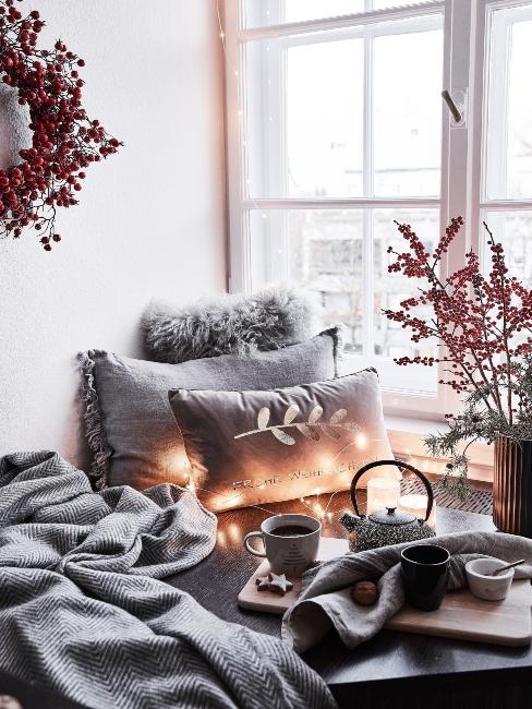 vianočné osvetlenie pri okne