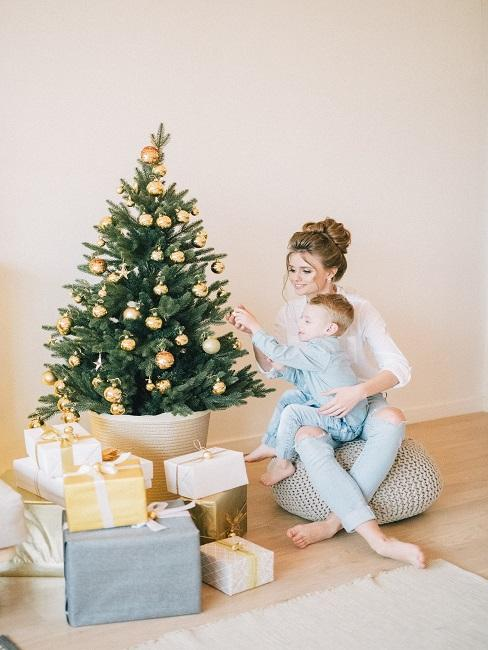 Darčeky a rodina pod stromčekom