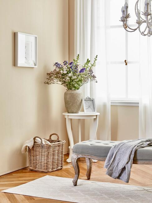 Lavice s príručným stolíkom v provensálskom štýle