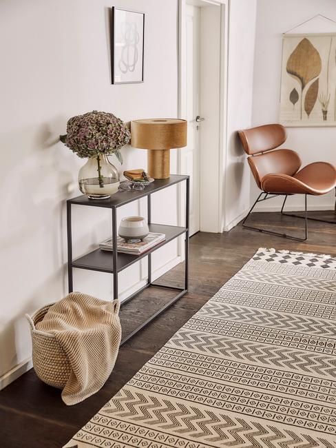 Miestnosť s kobercom a príručným stolíkom
