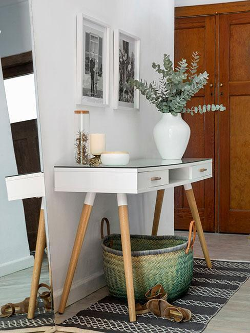 stolík v chodbe