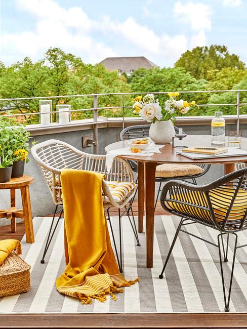 Žltá deka na balkóne