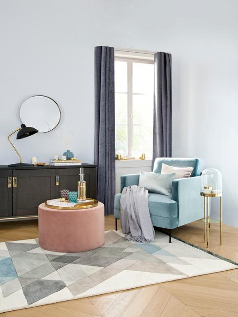 Mosadzné prvky v obývacej izbe