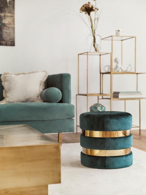 Moderne zariadená obývacia izba s prvkami leštenej mosadze