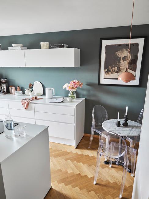 Akrylové jedálenské stoličky v kuchyni