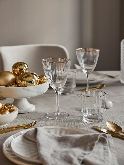 zlaté vianočné ozdoby na stole