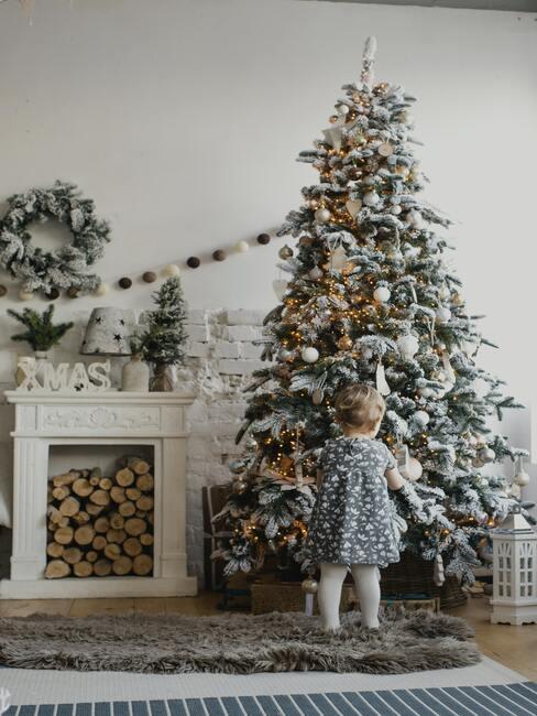 Výzdoba stromčeka s deťmi