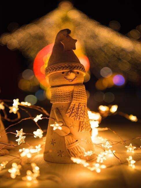 Snehuliak z dreva a svetielka