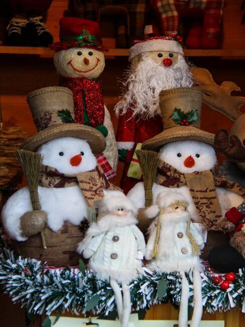 Snehuliaci ako tradičná roztomilá vianočná dekorácia