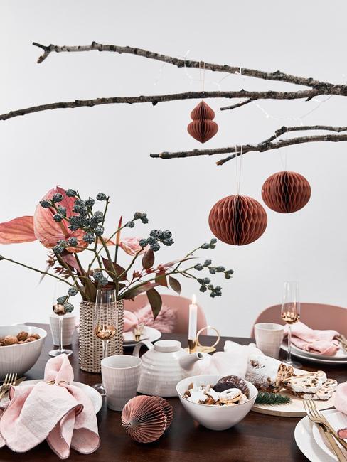 Vianočne naaranžovaný stôl a DIY vianočné gule