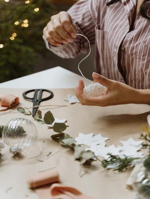 Výroba vianočných gúľ z motúzku a papiera
