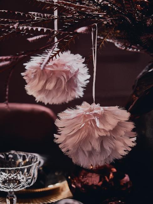 ružové extravagantné vianočné ozdoby