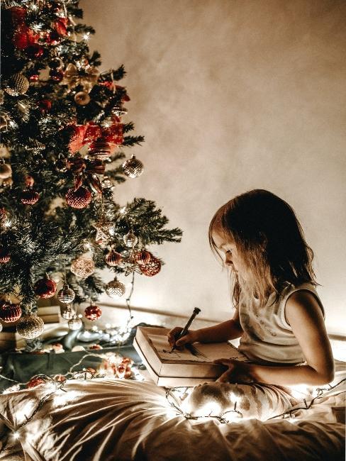 dieťa tvoriace vianočné dekorácie