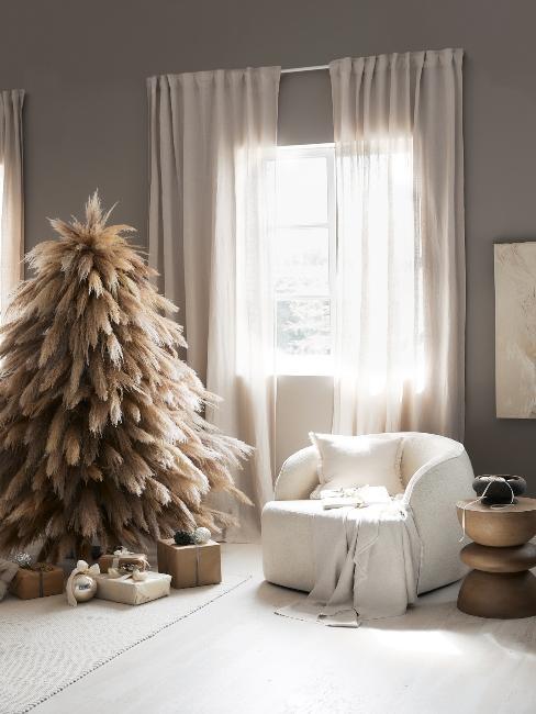 vianočný stromček v prírodných odtieňoch