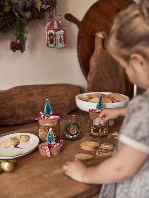 dievčatko pomáha pri vianočnom pečení