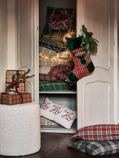 vianočné darčeky skrtyté v skrini