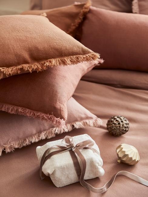 vianočný darček v ekologickom balení na posteli