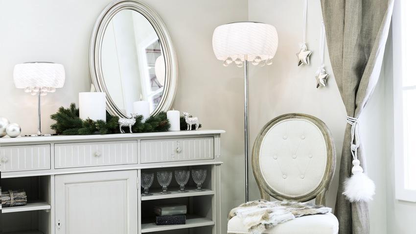 Zrcadlo v dřevěném rámu v ložnice