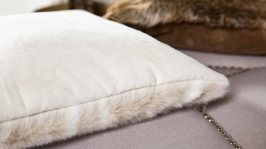 Bílé kožešinové polštáře