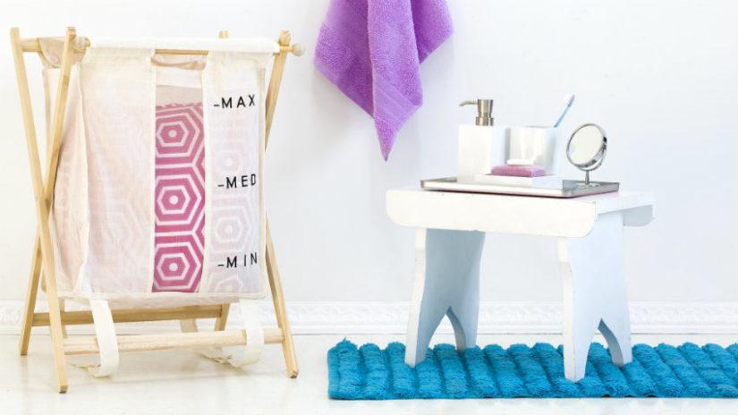 tyrkysový koberec v koupelně