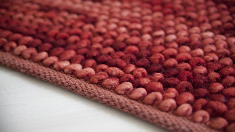 měkký červený koberec