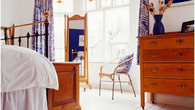 stojací zrcadlo v ložnici