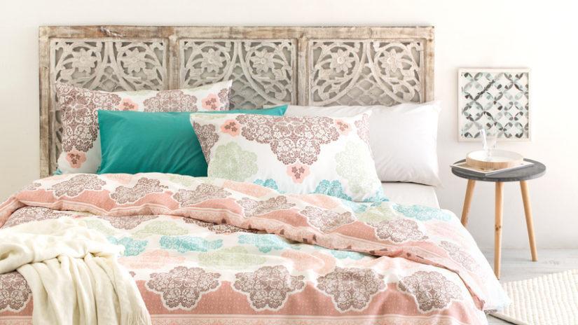 designové postele s vyřezávaným čelem