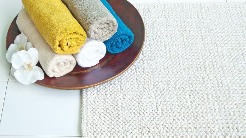 Teppiche im Bad weiß und Handtücher