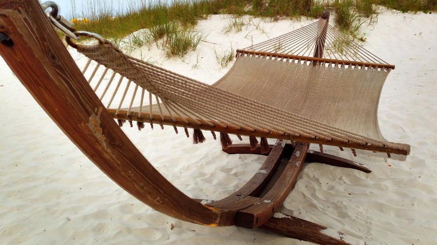 Hängematte mit Gestell, Stabhängematte aus Holz in Beige im Sand